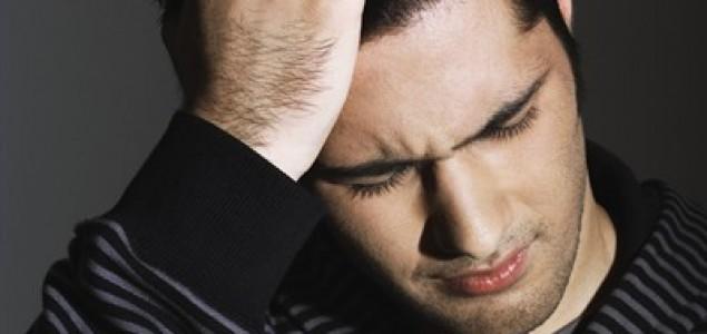 Čovjek pati od teških glavobolja zbog gledanja porno filmova