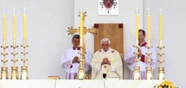 Aktivisti poručuju: Papa i Crkva promiču netoleranciju, zatiru ženska prava i troše državni novac