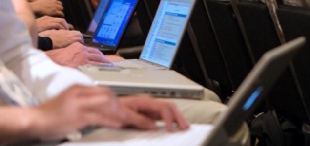 Vlada uporno zabija komunikacijske autogolove