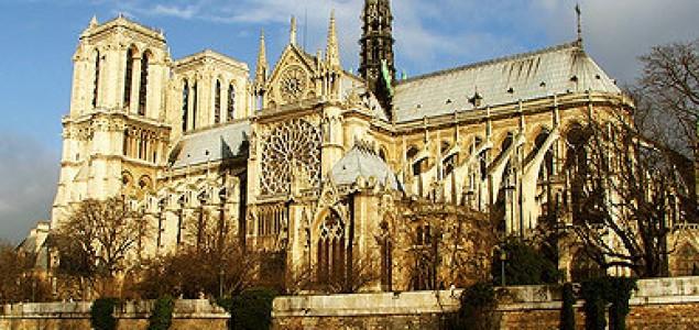 U katedrali Notre-Dame u Parizu hodočasnici i turisti  – teško zajedno