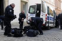 Tuča policije i prosvjednika, iščupali prometni znak, lete boce