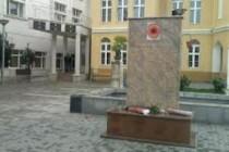 I zapadni ambasadori pomažu da se nađe kompromis oko spornog spomenika u Preševu?