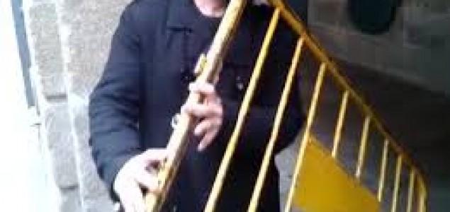 Video: Ulični muzičar svira na željeznoj ogradi
