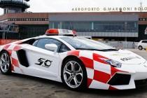 VIDEO: Lamborghini Aventador LP700-4 navodi avione na aerodromu