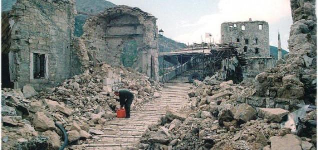 Strah naš svagdašnji: Ako je ćirilica rušila  Vukovar, onda je i latinica rušila  Mostar