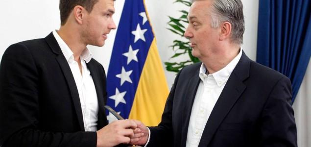 Molba Džeki da vrati diplomatski pasoš bh. vlastima u znak podrške svoj djeci BiH