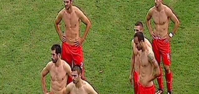 Fudbaleri Zvezde na zahtev navijača predali svoje dresove!
