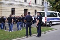 Prosvjednici u Vukovaru skinuli dvojezične ploče sa zgrade Porezne