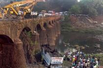 Izgorio autobus sa putnicima u Indiji, najmanje 40 poginulih