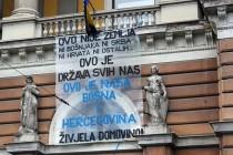 """Domovini za rođendan: Studenti 7 sarajevskih mostova """"okitili"""" transparentima"""
