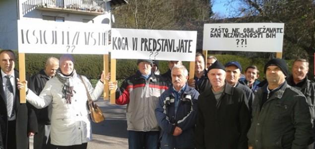 Protest ispred Ambasade BiH u Ljubljani: Koga vi predstavljate?