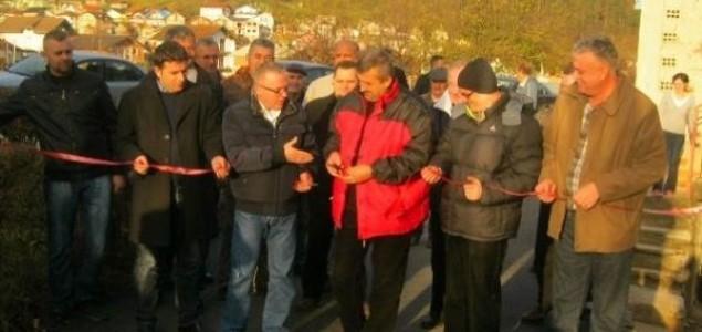 Bosanska Krupa: Načelnik presjeca vrpcu, a asfalt se već raspada