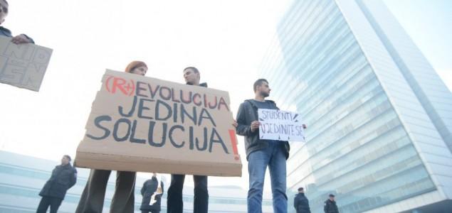 Stotine studenata na protestu ispred zgrade Parlamentarne skupštine BiH: Revolucija jedina solucija