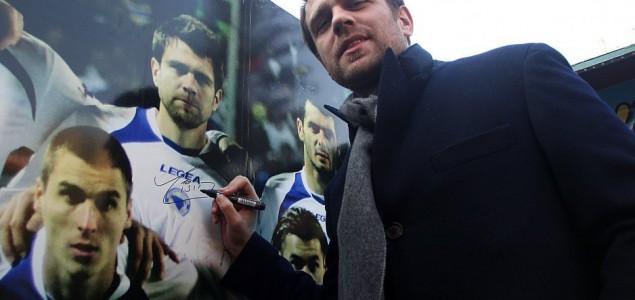 Misimović se družio s navijačima u Sarajevu: Dobro je što prvu utakmicu igramo protiv Argentine