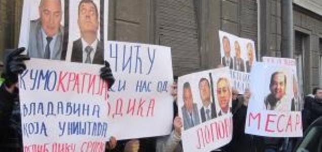 Grupa građana iz Banje Luke protestovala u Beogradu protiv Dodika i Škrbića