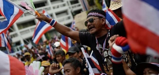 Novi val protesta na Tajlandu, demonstranti otvorili vatru na zgradu zgradu vladajuće partije