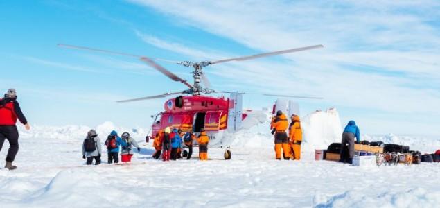 Kineski helikopter počeo evakuaciju posade ruskog broda zaglavljenog u ledu na istoku Antarktika