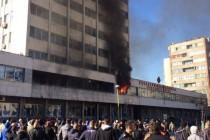 Revolucija traje: Narod krenuo na kukavičku vlast: Zapaljene zgrade Vlade u Tuzli, Sarajevu i Zenici