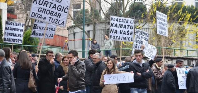Protesti ispred Agencije za bankarstvo BiH: Građani pokušali ući u zgradu