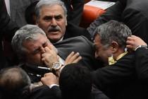 Tuča u turskom parlamentu, povrijeđeno nekoliko poslanika