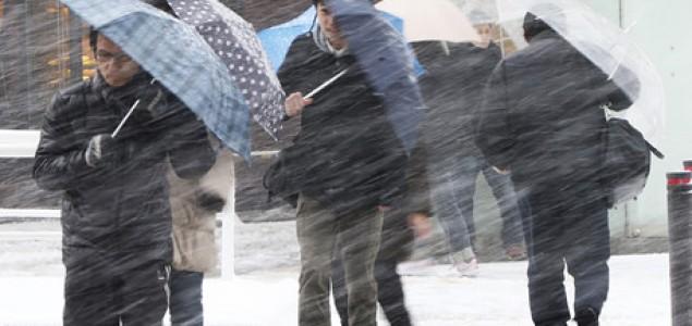 U snježnoj oluji troje mrtvih, stotine povrijeđenih