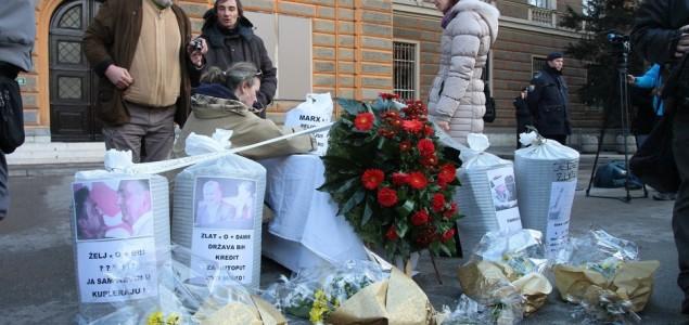Demonstranti u Sarajevu položili simbolične vijence za političare
