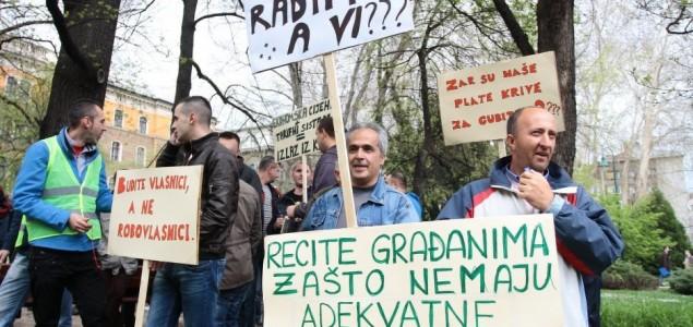 Protesti ispred Vlade KS: Stotine radnika traže da im se vrati dostojanstvo