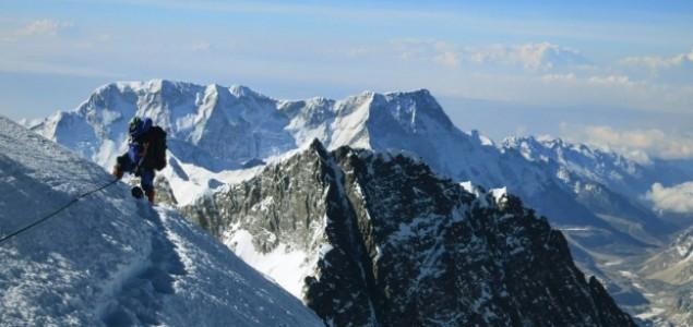 Lavina na Mount Everestu ubila šest vodiča, devet nestalo