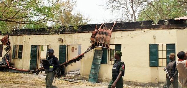Naoružane osobe zapalile dvije škole