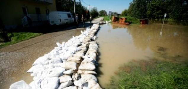 Užas se nastavlja: Tri smrtna slučaja u Bosanskom Šamcu, evakuisano 5.000 ljudi: Nasip u Prudu pukao, voda do tri metra