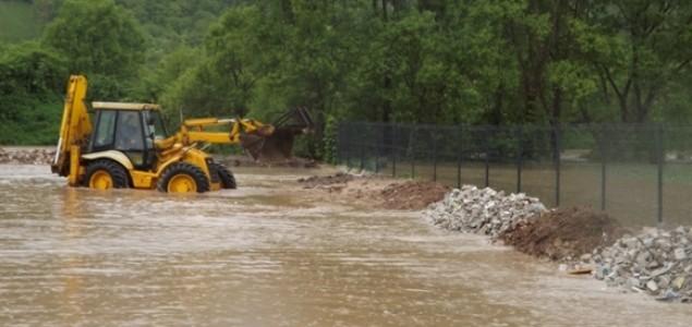 Bijeljina: Sava potopila Velino Selo, hiljade ljudi brane nasip na kanalu Dašnica