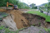 Duboki krateri ugrozili stambene objekte