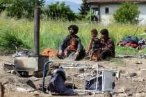 Život pod vedrim nebom: Muškarac, žena i dvoje male djece od jučer žive na livadi u Rajlovcu