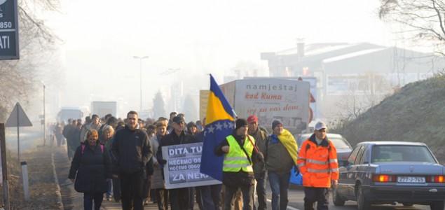 Radnici iz Tuzle krenuli pješke ka granici sa Hrvatskom