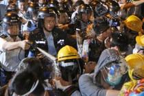 Hong Kong: Građani pokušali blokirati sjedište vlade, uslijedio sukob sa policijom