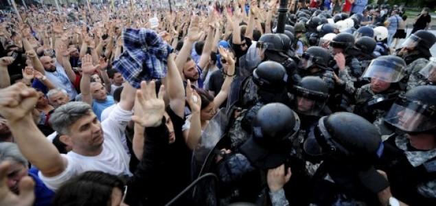 Suzavcem i vodenim topovima na protuvladine prosvjednike: 19 ozlijeđenih u Skopju