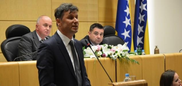Parlamentarcima pred sjednicu predat izvještaj o mišljenju građana o Prijedlogu zakona o drzavnoj službi FBiH