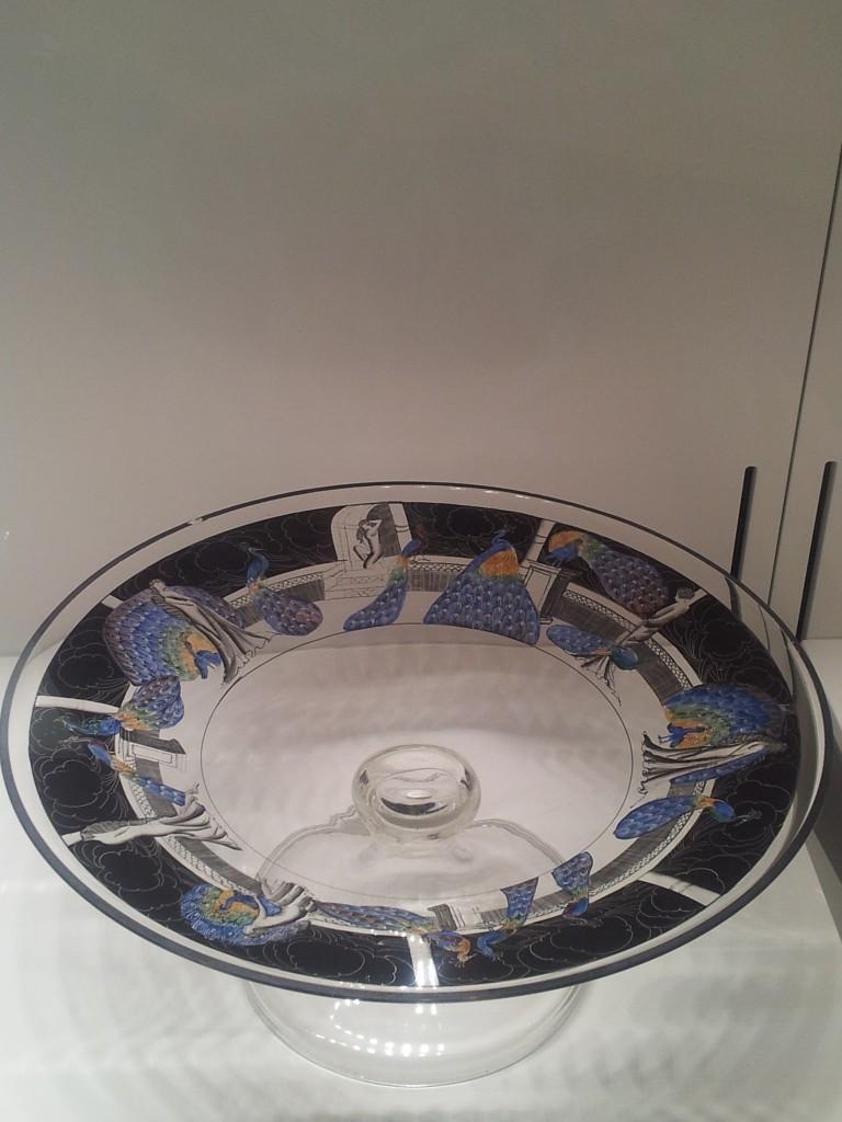 Muzej stakla, posuda sa paunima (1)