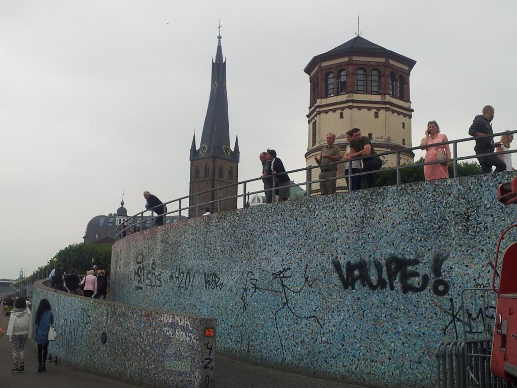 Plava boja Dusseldorfa, Promenada