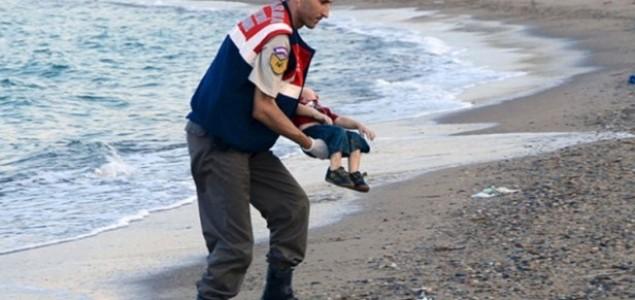 """Nad slikom dječaka Aylana Kurdija: """"DIŠITE, DIŠITE, VI TREBA DA ŽIVITE…"""""""