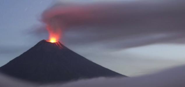 Eruptirao vulkan na Javi u Indoneziji, turisti bježali