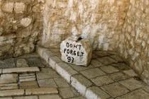 Vandali u Neretvu bacili kamen sa natpisom Don't forget '93