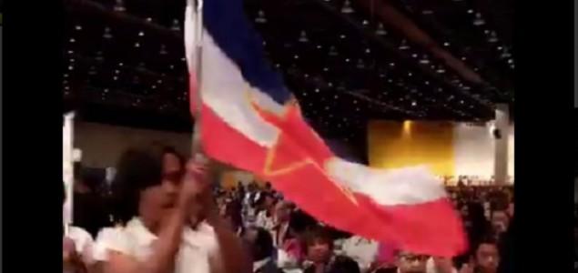 Tokom govora Hillary Clinton mahalo se zastavom Jugoslavije