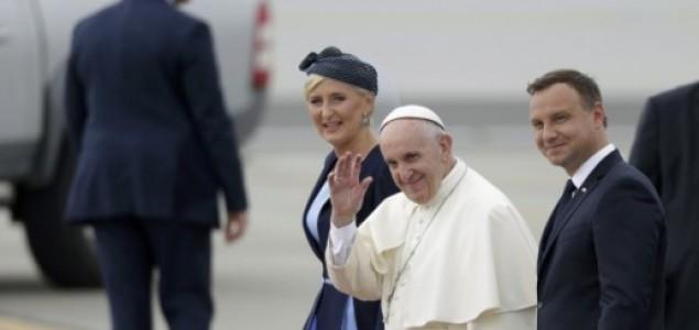 Kiseli doček Pape u Poljskoj: Poljskim biskupima Franjo nije dovoljno desno