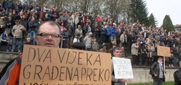 Radnici Krivaje Mobel blokirali zgradu Općine Zavidovići: Obećano nam je 100.000 KM, a novca nema