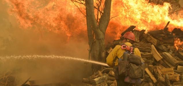 Šumski požar bukti u Californiji, ugroženo 2.000 kuća