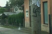 Sramota u Zagrebu, kukasti križevi na stupovima