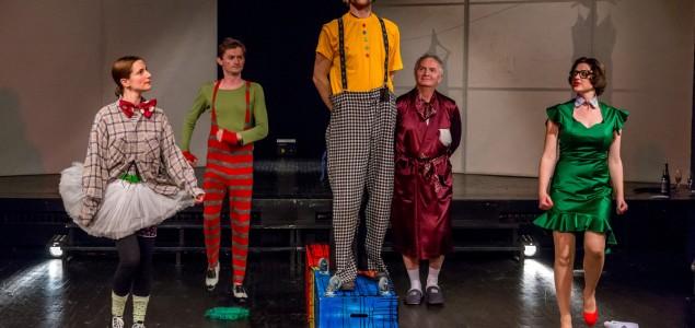 """Predstava """"Bajka koju idiot priča"""", ozbiljna komedija na sceni Kamernog teatra 55"""