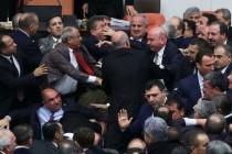 Turska: Tuča u parlamentu tokom debate o ustavnoj reformi