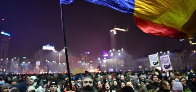 Vlada povlači spornu uredbu, građani slave na ulicama